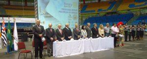 Mesa que presidiu a solenidade, tendo ao centro o Governador de Rotary, Claudio Moyses